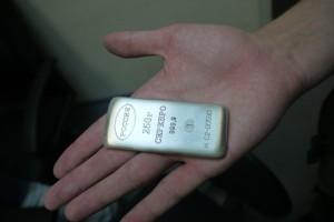 Слиток серебра в руке